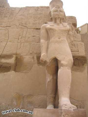 Египет  Достопримечательности  Карнакский храм (Луксор)  Шагающий с левой ноги фараон, что должно означать что  �