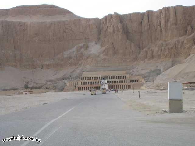 Египет  Достопримечательности  Долина царей (Луксор)  К самому храму привозят маленькие вагоньчики, кстати э
