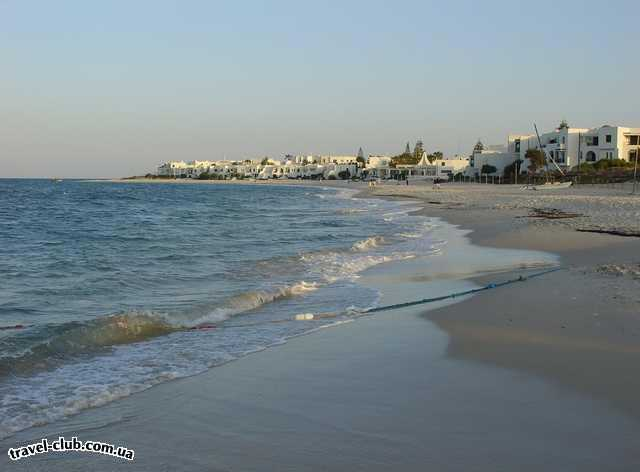 Тунис  Вид на Эль Кантауи с линии отелей .