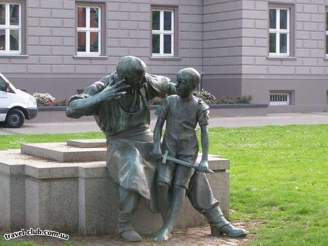 Германия  Северный Рейн - Вестфалия  Дюссельдорф. На Мартин Лютер Платц.