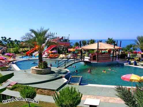 Турция  Алания  Club gunes gardens 3*  Пляжная часть отеля. Горки, бассейн с морской водой и б�