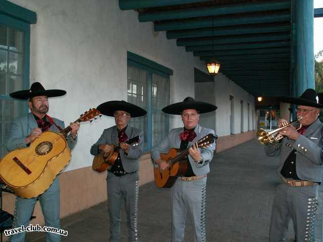 США  New Mexico  Альбукерк  Санта Фе. А это играют уже около ресторана - вечеринка у