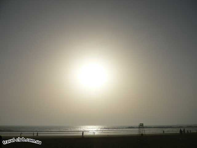 Марокко  Agadir Beach club  Солнце падает в океан..