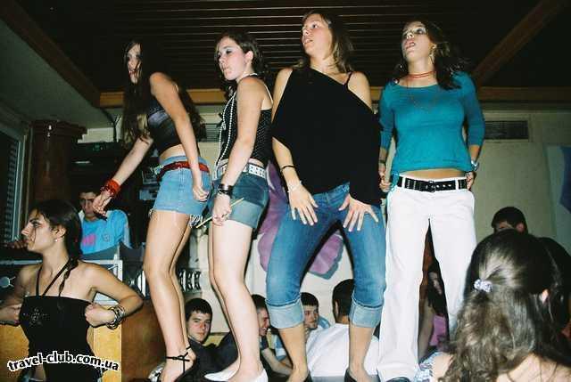 Греция  остров Корфу  Танцы на барной стойке в исполнении горячих гречанок