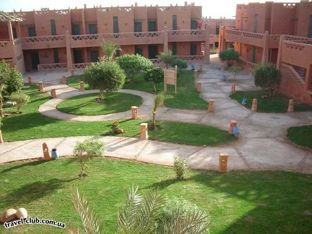 Египет  Шарм Эль Шейх  Hauza Beach Resort 4+ (Ex. Calimera)  Внутренние дворики попроще, но и они имеют затейливые дорожки и украшены фонариками.