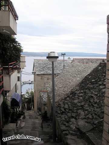 Хорватия  макарская ривьера, курорт башка вода  каменные крышы встречаюцца редко в основном в старых д