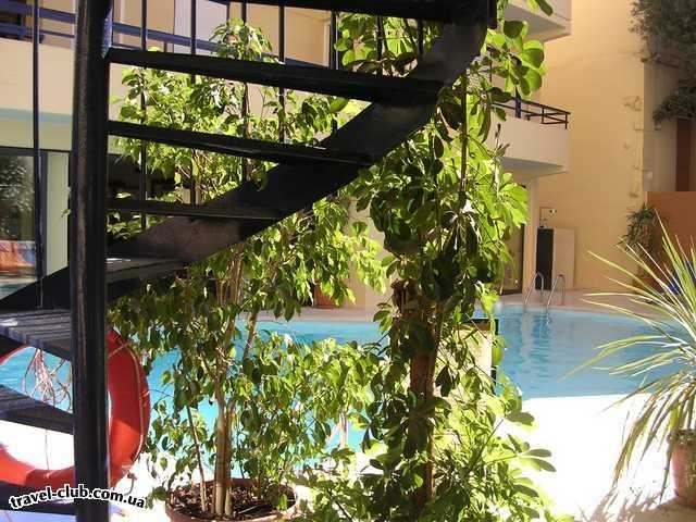 Греция  Внутренний дворик отеля. Хорошее место для релаксации.