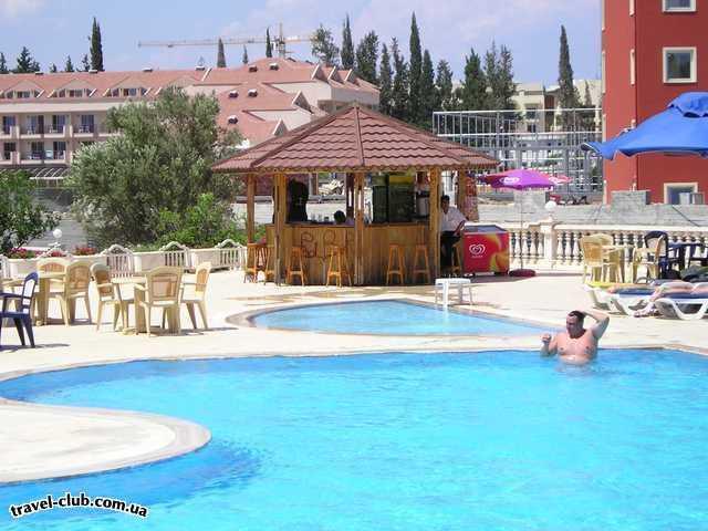Турция  Кемер  Garden Life 4*  Вид на pool bar - единственный работающий бар из заявленны�